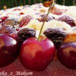 Placek babuni z czereśniami i truskawkami