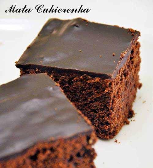 Brownies z masłem orzechowym, batonikami i domową polewą