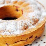 Ucierane ciasto z wiśniami i czekoladą w foremce z wieńcem