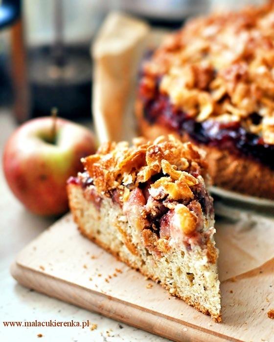 Chrupiące ciasto z jabłkami i konfiturą wiśniową