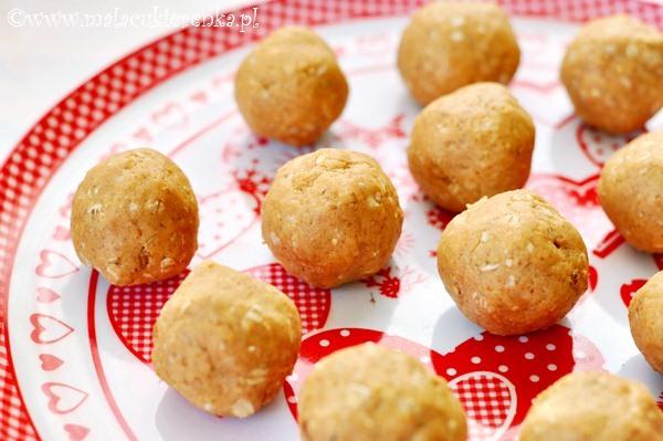 Szybkie kuleczki z masłem orzechowym mlekiem i ciasteczkami