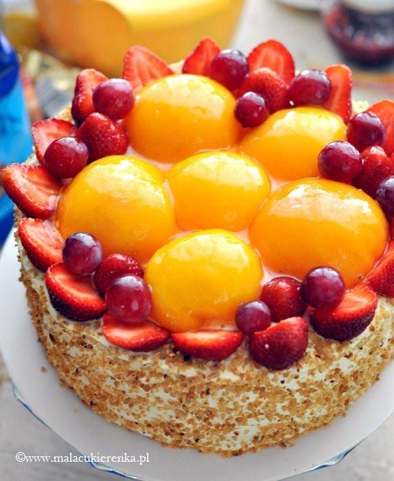 Tort z truskawkami i brzoskwiniami