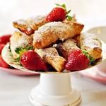 Ciastka z ciasta francuskiego z rabarbarem i truskawkami