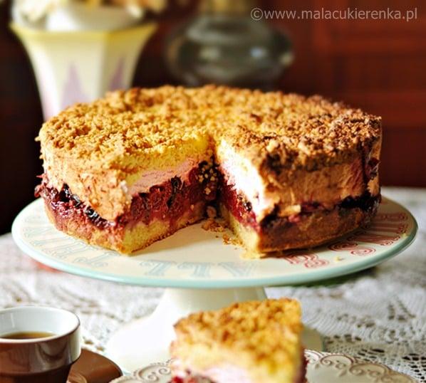 Kruche ciasto z wiśniami i czekoladą pod wiśniową pierzynką