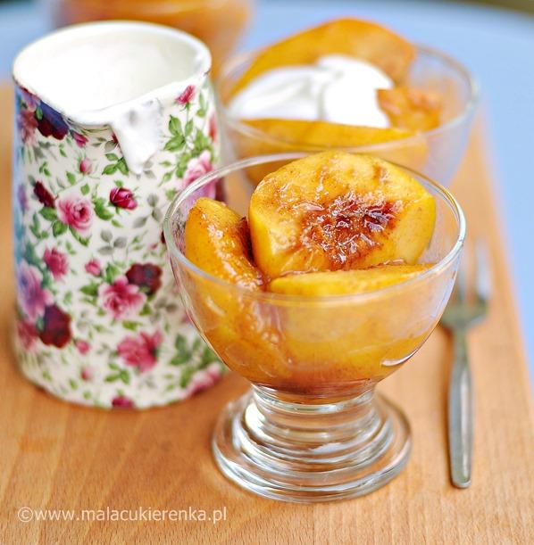 Deser z brzoskwiniami, miodem, prażonymi migdałami i sosem