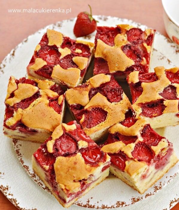 puszyste ciasto z truskawkami