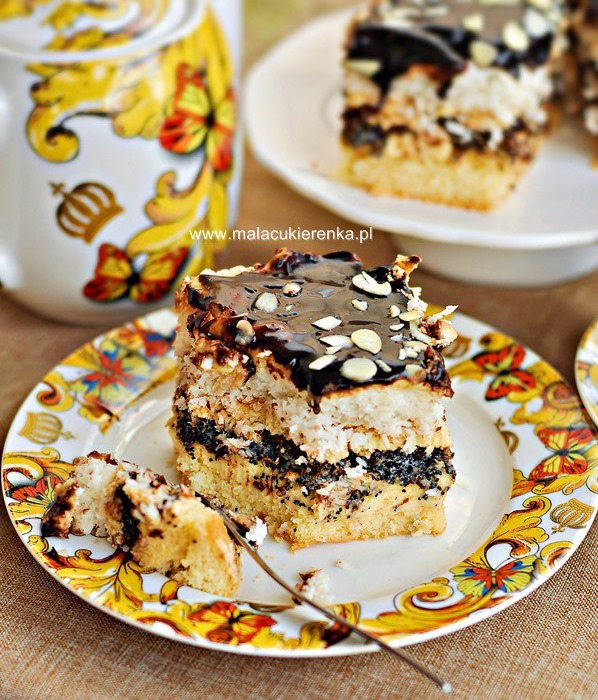 Ciasto makowe z kokosem i kremem, polane czekoladową polewą