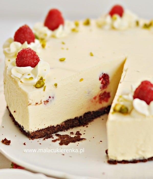 Sernikowy tort z malinami
