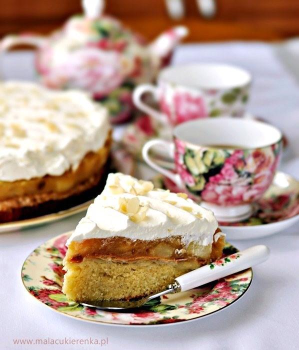 Ciasto z jabłkami, bezą migdałową i bitą śmietaną