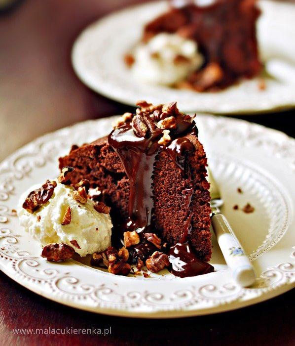 Ciasto czekoladowe z ciepłym sosem czekoladowym