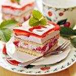 Ciasto z kremem jogurtowym i truskawkami