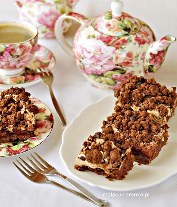 Kruche ciasto ze śliwkami, cynamonową pianką i kruszonką