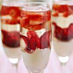 Deser z malibu, kwiatem hibiskusa i truskawkami