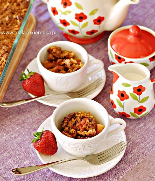 Orzechowa kruszonka z truskawkami i jabłkami