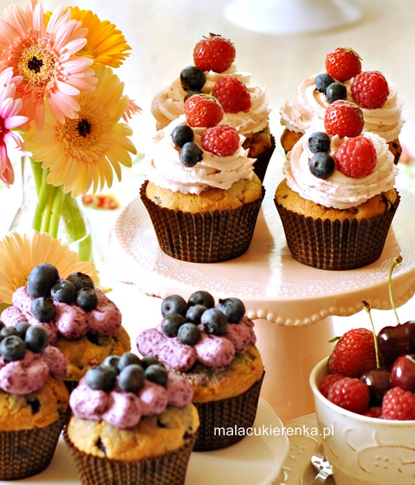 Babeczki z owocami jagodowymi i kremem