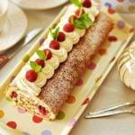 Rolada z białą czekoladą i malinami