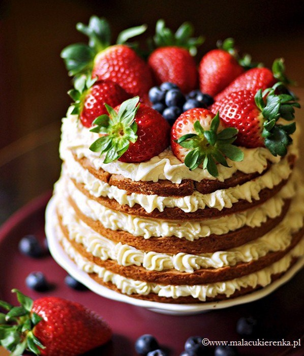 Torcik z kruchego ciasta z orzechami białą czekoladą i owocami