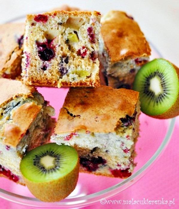 Ciasto z kiwi i mrożonymi owocami