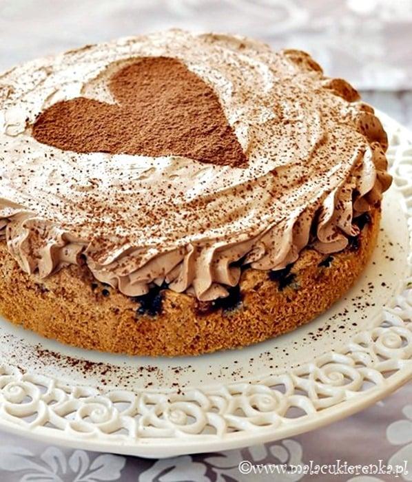Ciasto z wiśniami i musem czekoladowym - Lubię lekkie czekoladowe musy, dlatego ten przepis przykuł moją uwagę. Ciasto jest proste w przygotowaniu, smaczne i ładnie się prezentuje.