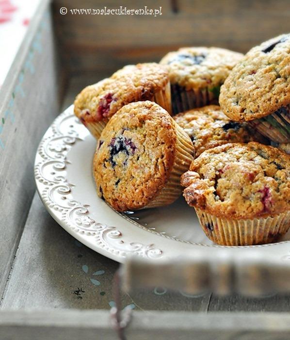 Muffinki z jagodami malinami i białą czekoladą