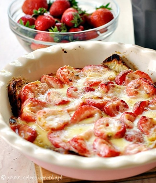 Zapiekanka z białym serem i truskawkami