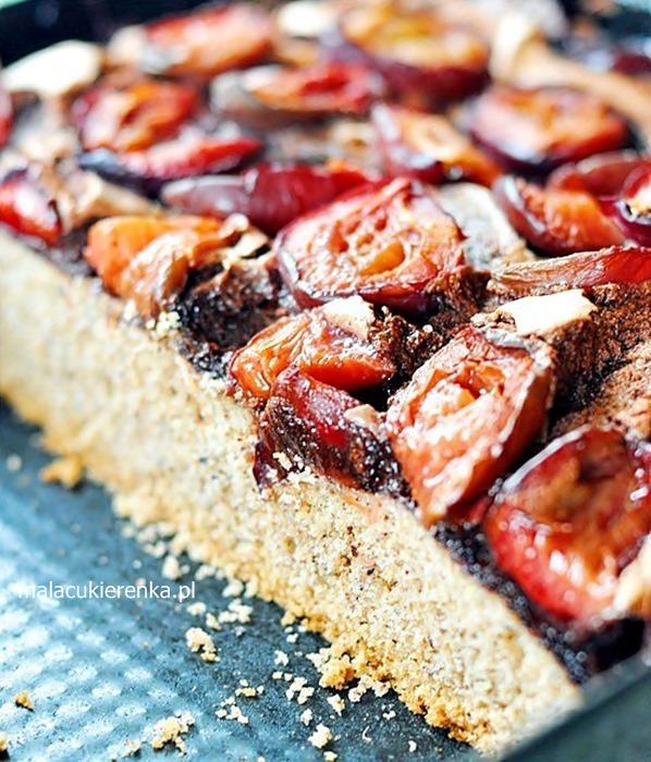 Orzechowe ciasto ze śliwkami w bezie