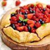 Prosta tarta rustykalna z dużą ilością owoców