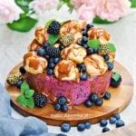 Tort porzeczkowo – miodowy z jagodami, ptysiami i sosem karmelowym