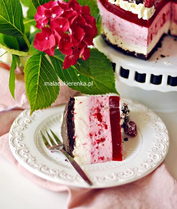 U mnie w ogródku malin pod dostatkiem, dlatego dzisiaj kolejny pyszny deser z ich udziałem :). Zapraszam na pyszny tort serowy z malinami i ciasteczkami oreo bez pieczenia. Wygląda pięknie i wspaniale smakuje.
