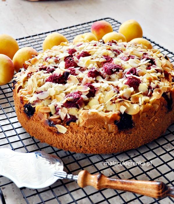 Orzechowe ciasto z morelami i malinami