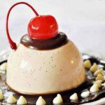 Karmelowo-waniliowa panna cotta z sosem czekoladowym