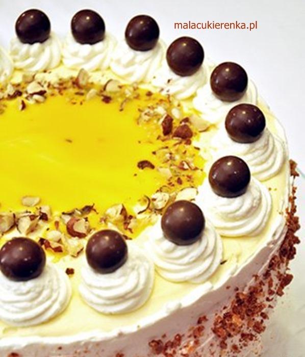 Tort orzechowy z ajerkoniakiem