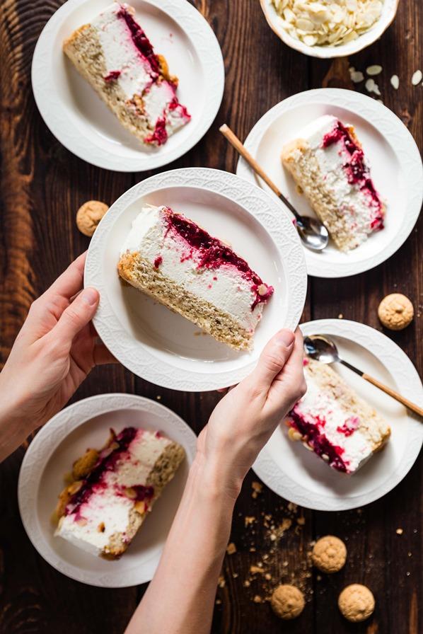 Tort Migdałowy z Kremem Jogurtowym i Wiśniami