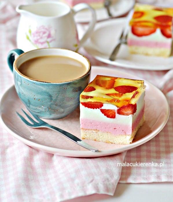 Kolorowe Ciasto z Truskawkami Serowe z Galaretką