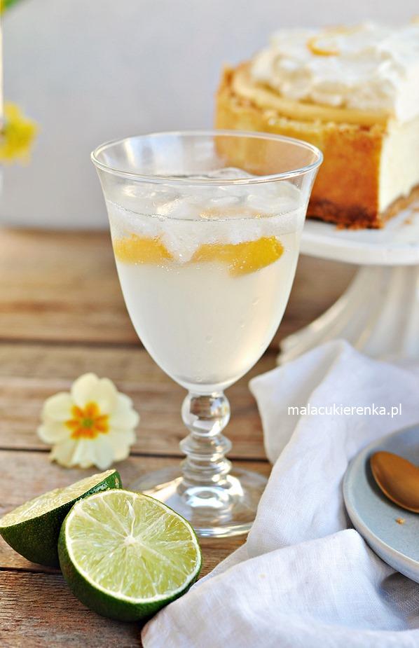 Delikatnie śmietankowy sernik z pomarańczowym likierem Cointreau i drink Cointreau Fizz