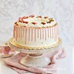 Tort TRUSKAWKOWY z kremem jogurtowym i DRIP CAKE