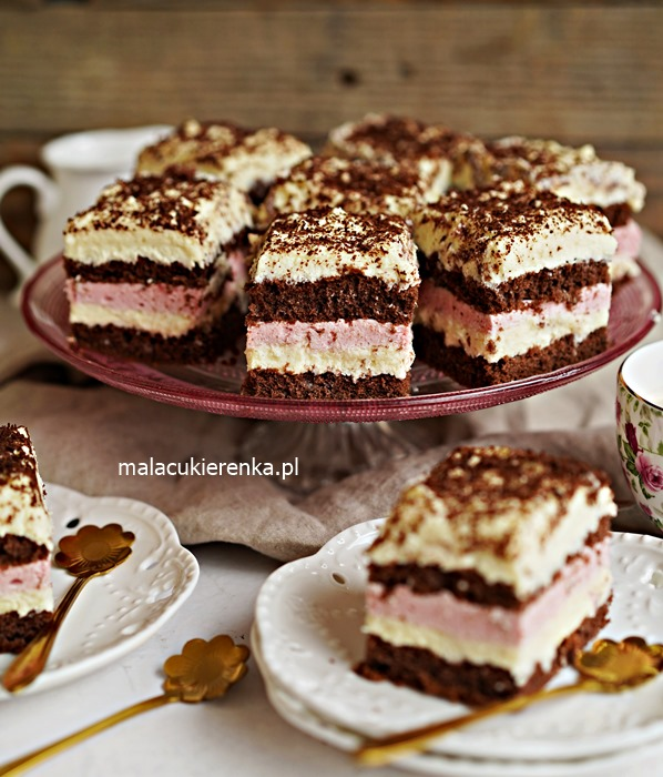 Wesołe ciasto truskawkowe z kokosem i advocaatem