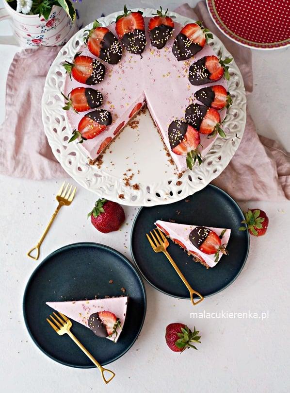 Torcik bez pieczenia z truskawkami i musem truskawkowym