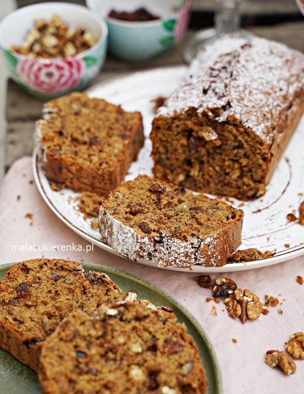 Mega łatwe ciasto z cukinią i orzechami – Zapraszam na pyszne, bardzo proste w przygotowaniu ciasto z cukinią. Jest wilgotne, aromatyczne, dość gęste, z dużą ilością bakalii. Jest sycące